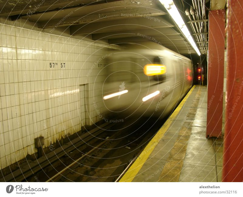 Subway F, NYC Verkehr U-Bahn Einfahrt