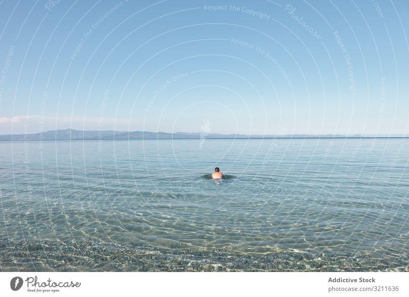 Der Mensch schwimmt in klarem Wasser bei Sonnenlicht Mann MEER schwimmen Meer Urlaub Sommer reisen Griechenland halkidiki Abenteuer Lifestyle Windstille