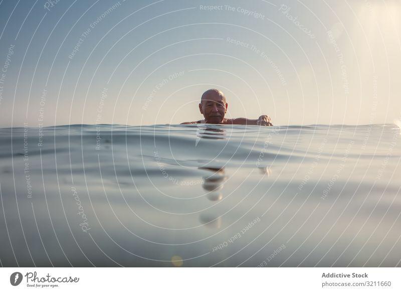 Mann schwimmt unter Wasser im Meer Schwimmsport älter Urlaub MEER in den Ruhestand getreten Griechenland halkidiki bedeckt Freizeit untertauchen Kälte alt marin