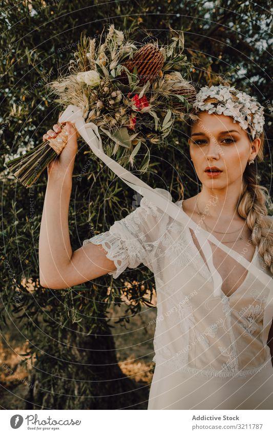Frau im Kleid mit Blumenstrauß Braut Boho Spitze Totenkranz schön Stil Angebot sinnlich natürlich Sommer romantisch Hochzeit blond Hippie Natur Behaarung Mode