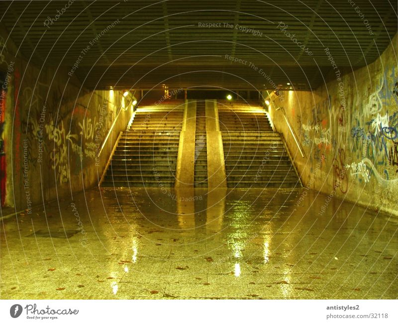 Unterführung Graffiti glänzend nass Treppe Brücke Tunnel Kunst
