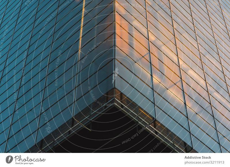 Gebäudeteil mit Licht auf den Etagen Architektur geometrisch durchsichtig Stadtzentrum urban Business Stadtbild Straße Wolkenkratzer Szene modern farbenfroh