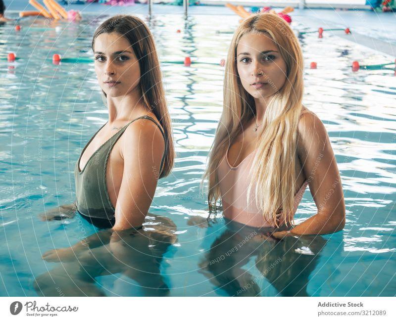 Junge schlanke Frauen im Schwimmbad Schwimmsport Pool Wasser Fitnessstudio passen Einrichtung Zusammensein Wellness Gesundheit Freizeit räkeln cool Lifestyle
