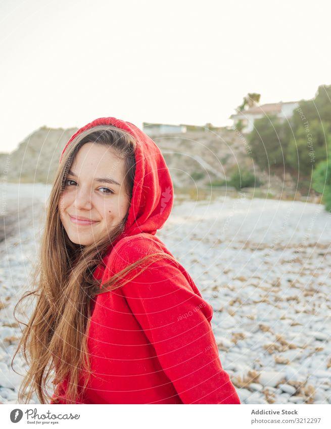Hübsche Frau mit scheuem Lächeln schaut in die Kamera charmant Erholung Strand hübsch heiter schön Glück attraktiv Erwachsener Lifestyle niedlich lässig