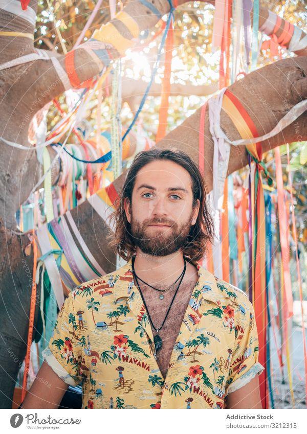 Hipster-Mann auf Dschungelwegen Natur schwimmen Sommer aufgeknöpft Hemd sich[Akk] entspannen Lächeln Umwelt heiter Glück Vollbart Feiertag Ausflug Urlaub