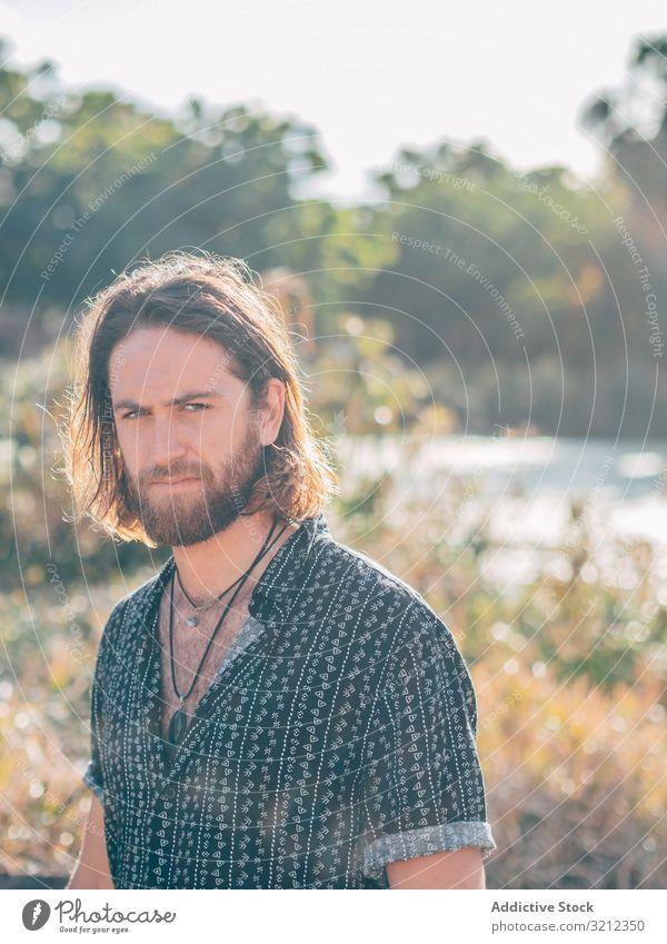 Hipster-Mann am Fluss Natur schwimmen Sommer aufgeknöpft Hemd sich[Akk] entspannen Lächeln Umwelt heiter Glück Vollbart Feiertag Ausflug Urlaub Abenteuer