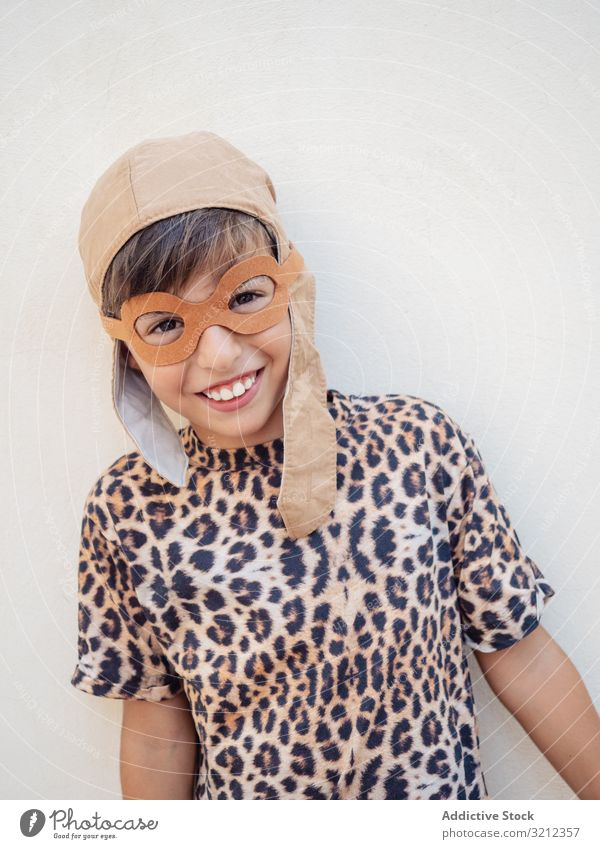Kind in Leopardenkostüm und Hut mit Ohren wenig Tracht dekorativ farbenfroh niedlich schön Feier Kindheit saisonbedingt Vorstellungskraft festlich Lachen lustig