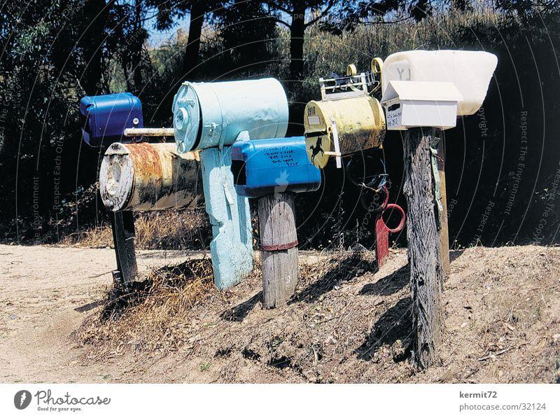 You have mail Post Briefkasten Kommunizieren Australien Holzpfahl Plastikfässer Blechtonnen snail mail Postkarte Postzustellung ländlich Einsamkeit Farbfoto