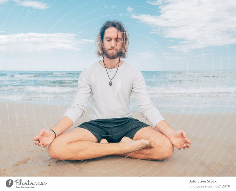 Mann trainiert Yoga am Strand ruhen Harmonie Asana Training Übung Meeresufer Energie Meditation Ausgeglichenheit Dehnung Zen sich[Akk] entspannen Gleichgewicht