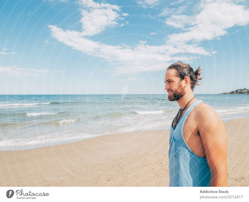 Am Strand stehender Mann ruhen Windstille entspannt Resort Harmonie Stehen sich[Akk] entspannen Sommer Vollbart Hobby Urlaub aktiv Meer aussruhen männlich