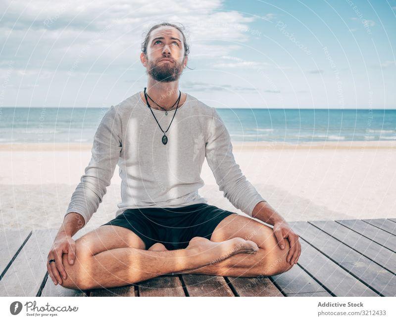 Am Strand meditierender Mann ruhen Windstille Lotussitz Resort brutal Harmonie Lotos sich[Akk] entspannen Sommer Vollbart üben Yoga Hobby Asana Sport Urlaub