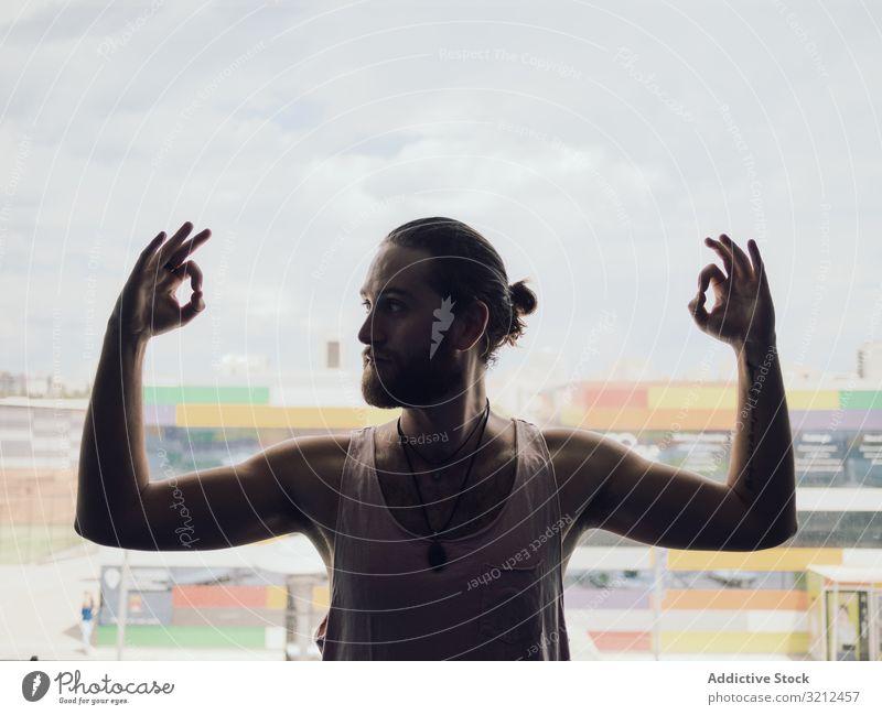 Mann macht Yoga-Übung am Fenster eingedenk Pose Meditation Windstille sich[Akk] entspannen Handreichung Energie Sport OK jung Gleichgewicht Harmonie männlich