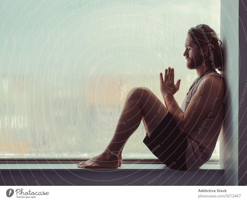 Mann in Achtsamkeit auf der Fensterbank sich[Akk] entspannen ruhig Frieden Training Fitness Meditation Körper Lifestyle geistig Gesundheit Sport Fenstersims
