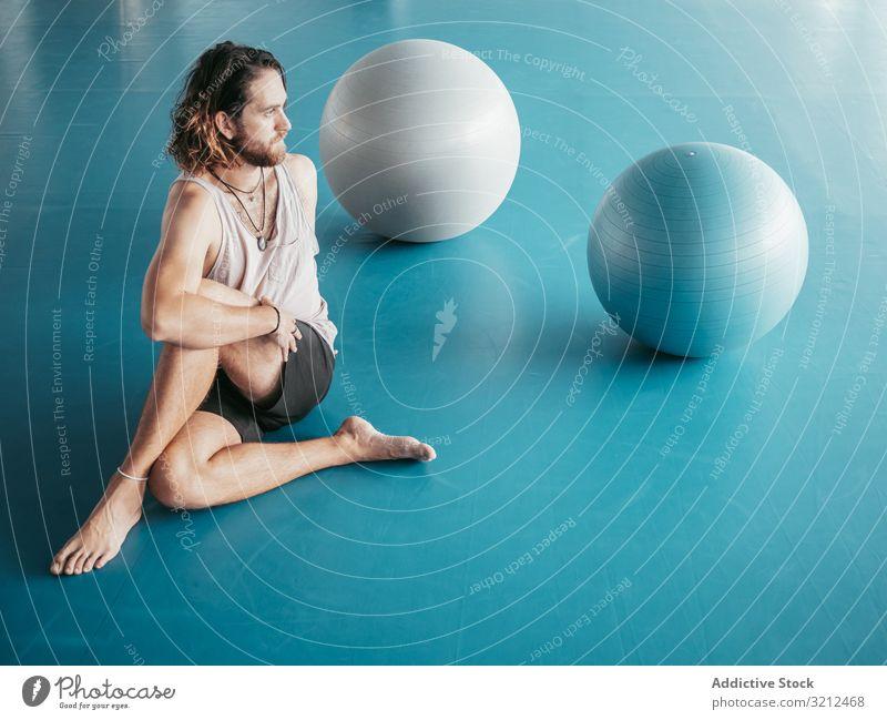 Männliche Dehnung im geräumigen Raum Mann Yoga Fitnessstudio sich[Akk] entspannen Vitalität Zen Harmonie Übung Asana Sport jung Windstille Frieden männlich