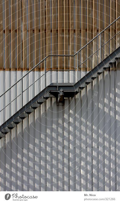runter und rauf Architektur Gebäude oben Metall gehen Fassade Treppe hoch gefährlich Sicherheit Geländer Fabrik Bauwerk Höhenangst unten Treppengeländer