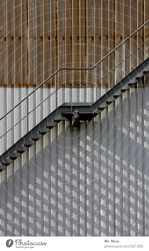 runter und rauf Industrieanlage Fabrik Bauwerk Gebäude Architektur Treppe Fassade Stahl hoch Treppengeländer Treppenabsatz aufwärts abwärts oben unten Metall