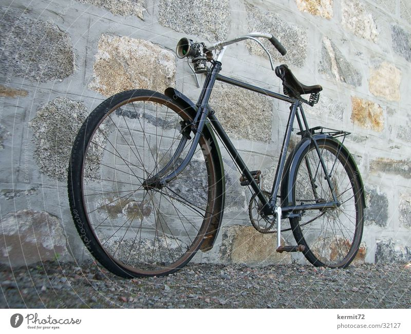 Fahrrad Oldtimer klassisch schwarz Elektrisches Gerät Technik & Technologie Verkehr verfallen alt Karbidlampe Natursteinwand