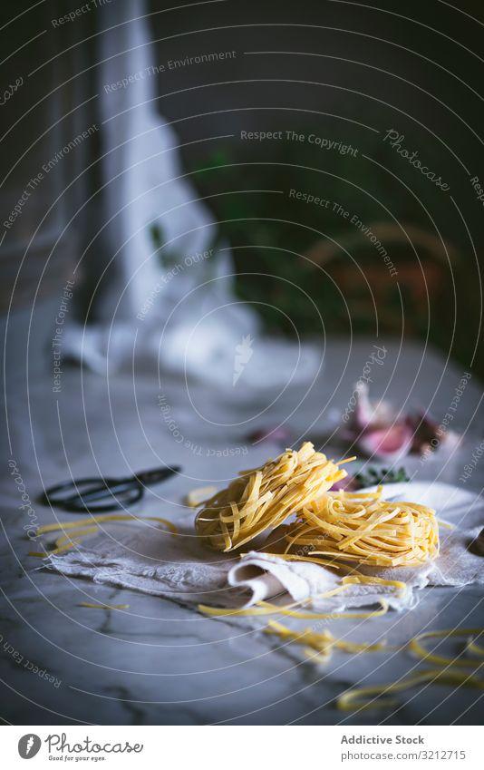 Von oben trockene Nudeln auf dem Tisch Spätzle geschmackvoll Gemüse Italienisch Lebensmittel Mahlzeit Speise lecker Spaghetti Feinschmecker Vorbereitung