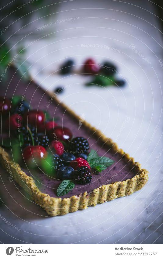 Frischer Blaubeer-Pistazien-Kuchen mit ganzen Beeren appetitlich geschmackvoll Kirsche Blaubeeren Himbeeren Brombeeren Dessert Lebensmittel selbstgemacht süß