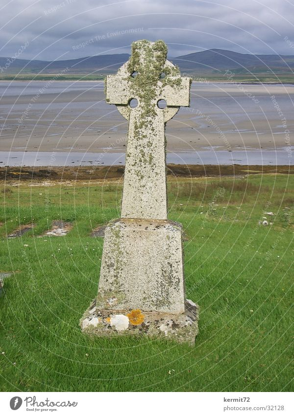 Keltisches Kreuz alt Meer Strand Wiese Stein Küste Rücken Rasen Denkmal Wahrzeichen Schottland Grabstein Symbole & Metaphern beschriften Kelten