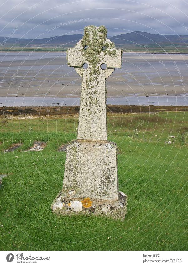 Keltisches Kreuz Grabstein Kelten Wiese Meer Schottland Wahrzeichen Denkmal Strand Küste Rücken Rasen alt Stein beschriften Islay