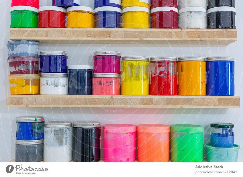 Regale mit bunten Farbdosen Farbe Werkstatt Kunst farbenfroh Büchse lebhaft Reihe Spektrum Beruf anders Konfektionsgröße Form Kreativität Künstler Hobby