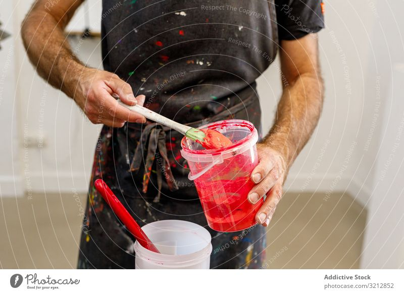 männlicher Künstler bei der Vorbereitung von Farben mischen Werkstatt erschaffend Serigraphie Bildschirm drucken Zeichnung dreckig Schürze Beruf Mann