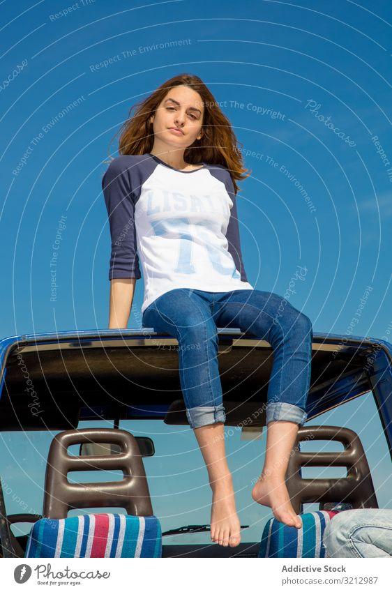 Frau barfuss auf Autodach sitzend attraktiv Barfuß erstaunlich Geländewagen PKW schön Beine Abenteuer Urlaub Feiertag reisen Sport Lifestyle Strand genießend