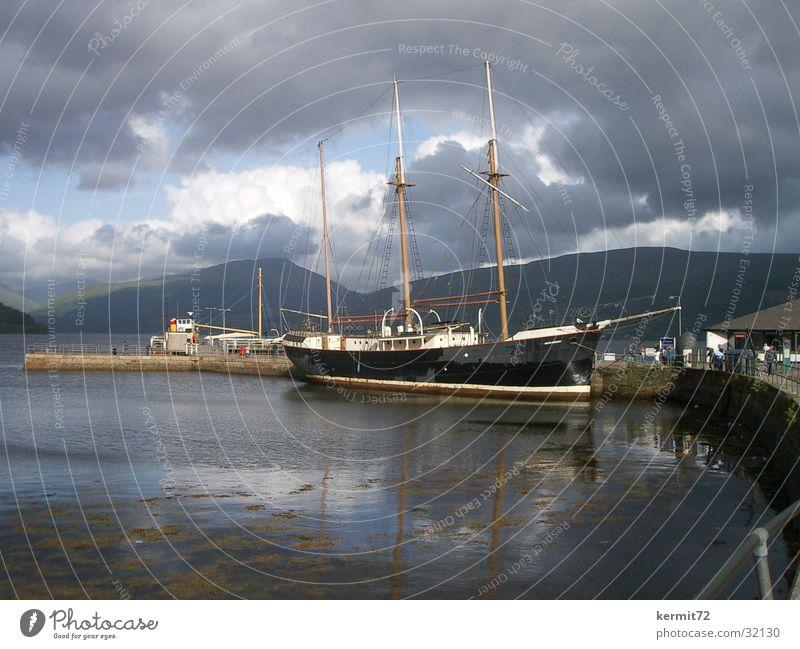 Ruhe vor dem Sturm Segelschiff Wasserfahrzeug dunkle Wolken See Meer Himmel Hafen Dreimaster bedrohlicher Himmel