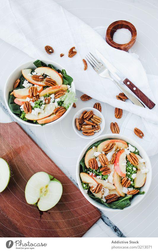 Servierter Apfelsalat mit Pekannuss lecker serviert Lebensmittel Mahlzeit Feinschmecker Küche Ernährung Abendessen Gewürz Frucht Veganer Vegetarier Teller