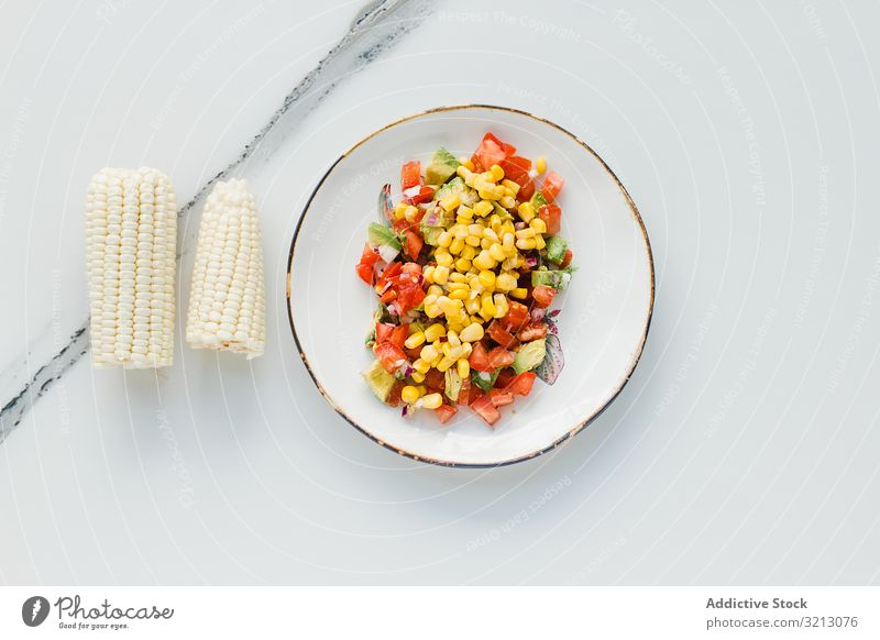 Servierte Mais-Tomaten und Zucchini lecker serviert Lebensmittel Mahlzeit Feinschmecker Küche Ernährung Abendessen Gewürz geschnitten Gemüse Veganer Vegetarier