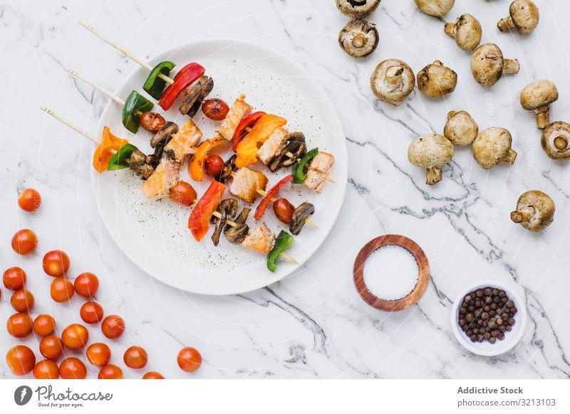 Servierte Lachs-Kirschtomaten, Champignons und Paprika Pilz Spieß lecker serviert Lebensmittel Mahlzeit Feinschmecker Küche Ernährung Fisch Abendessen Gewürz