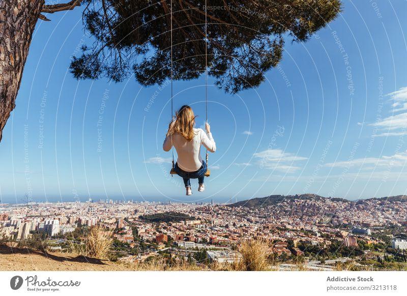 Junges Mädchen schwingt sich über die Stadt pendeln Großstadt Glück Hintergrund jung Frau swinging Menschen Sommer Konzept Person Freizeit Stadtbild vorbei Mode