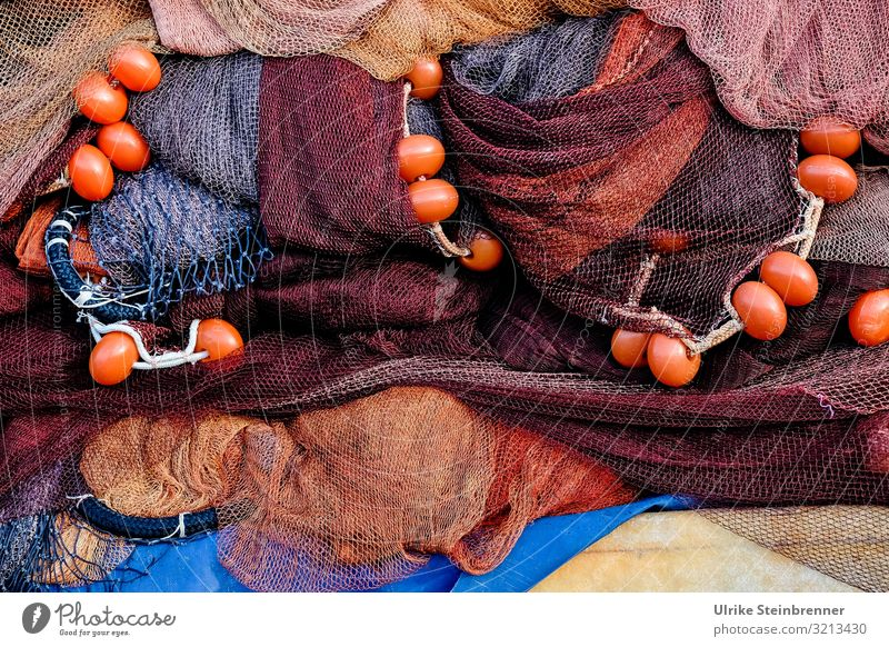 Fischernetze am Kai in Rottönen Seil geflochten Netz Fischfang Fischerei Fischwirtschaft Sardinien Farbfoto Außenaufnahme Fischereiwirtschaft