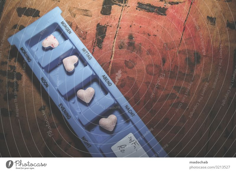 Liebeskummer Herz als Medikament oder Medizin auf dem Nachttisch Gesundheit Gesundheitswesen Behandlung Gesunde Ernährung Krankenpflege Rauschmittel Zeichen