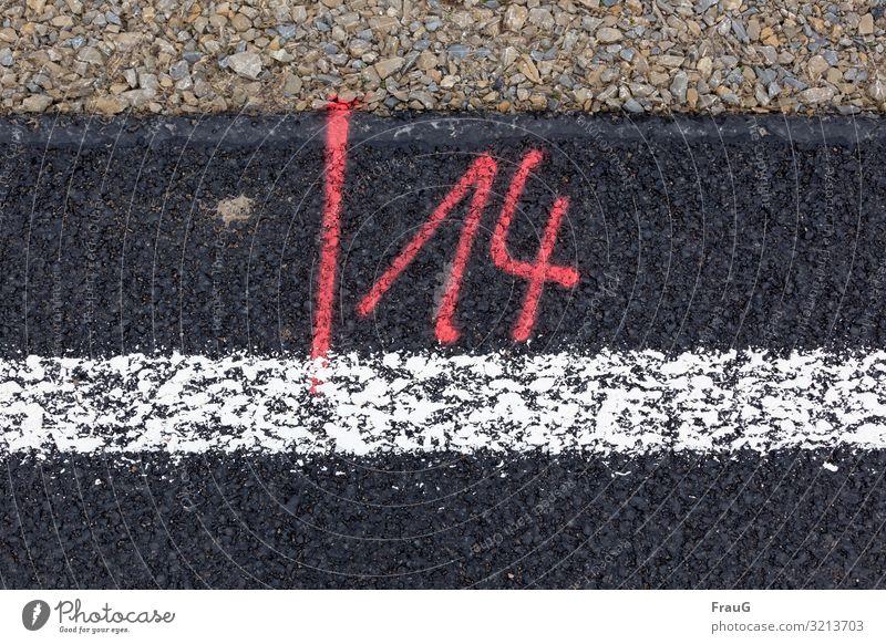 /14 | Geschriebenes Straße Straßenbau Ziffern & Zahlen rot Asphalt Kies Schilder & Markierungen Straßenrand Farbfoto Blick nach unten