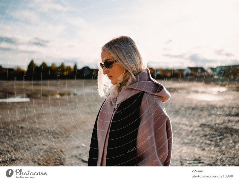 Mode Mode Mode Lifestyle elegant Stil Junge Frau Jugendliche 18-30 Jahre Erwachsene Natur Landschaft Sonne Herbst Schönes Wetter Stadt Mantel blond langhaarig