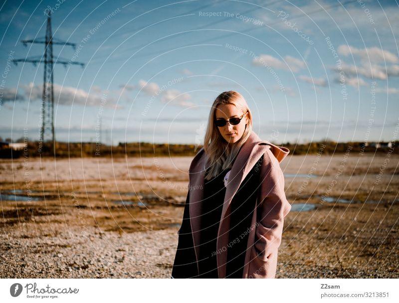 Herbstspaziergang Lifestyle elegant Stil Junge Frau Jugendliche 18-30 Jahre Erwachsene Natur Landschaft Stadt Mode Mantel Sonnenbrille blond langhaarig gehen