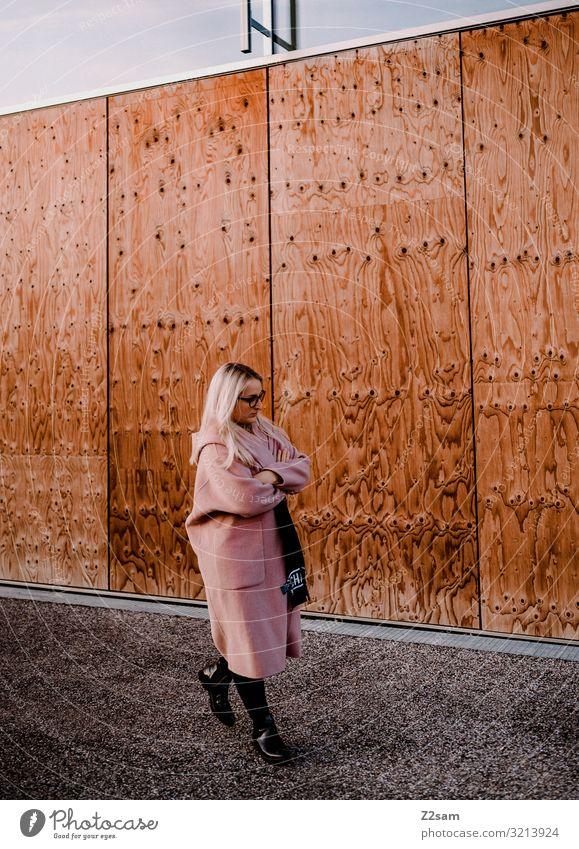 Streetwalk Lifestyle elegant Stil Junge Frau Jugendliche 18-30 Jahre Erwachsene Stadt Stadtzentrum Mode Mantel Brille Stiefel blond langhaarig Denken gehen