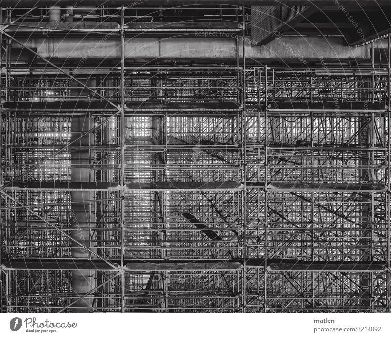 Geruestet Menschenleer Hochhaus Bauwerk Gebäude eckig gigantisch Gerüst Träger Röhren Holzbrett Ordnung durcheinander Schwarzweißfoto Detailaufnahme Muster