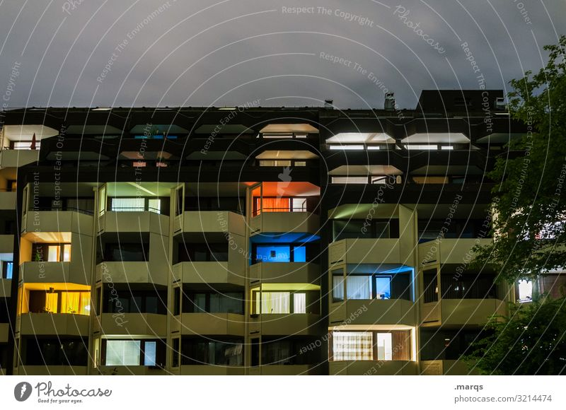 Stay home Häusliches Leben Nacht Mehrfamilienhaus Gebäude Haus Fassade Architektur Stadt Wohnsiedlung bewohnt blau gelb grün Farbe Beleuchtung Immobilienmarkt