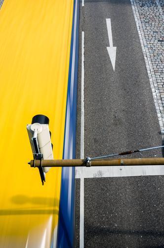 Lieferung Verkehr Verkehrsmittel Verkehrswege Güterverkehr & Logistik Straßenverkehr Ampel Lastwagen Pfeil fahren Geschwindigkeit gelb Bewegung Termin & Datum