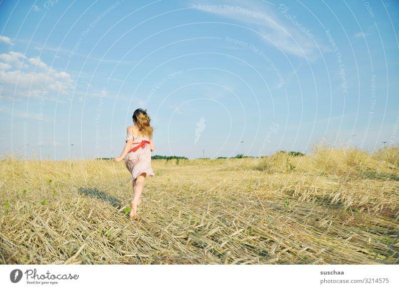 tschüss .. Kind Mädchen feminin Freiheit Spielen Freude Gute Laune sommerlich Sommer Kleid Haare & Frisuren Himmel Stroh Feld Kindheit Fröhlichkeit