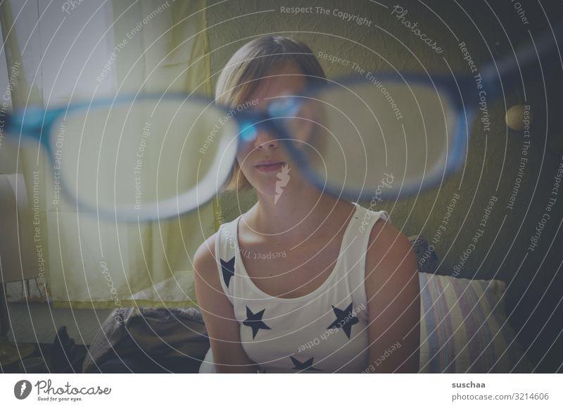 optische störung Kind Mädchen Teenager Jugendliche Brille Lesebrille Blick Linse Optik Ferne Nahsicht Sehschwäche Optiker Schwache Tiefenschärfe Unschärfe Glas