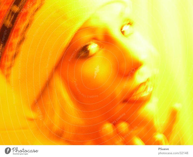 Lexa Frau schön Auge gelb blond Mütze