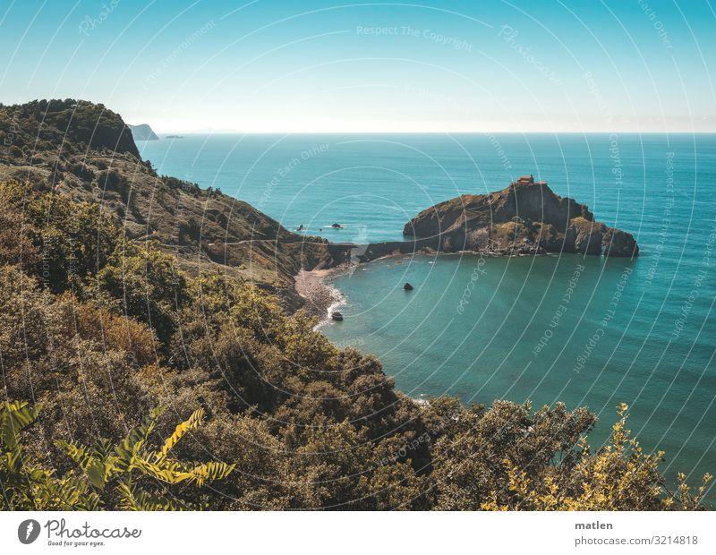 Blick auf Gaztelugatxeko Doniene Natur Landschaft Pflanze Himmel Wolkenloser Himmel Horizont Sommer Schönes Wetter Baum Wald Hügel Felsen Küste Strand Bucht