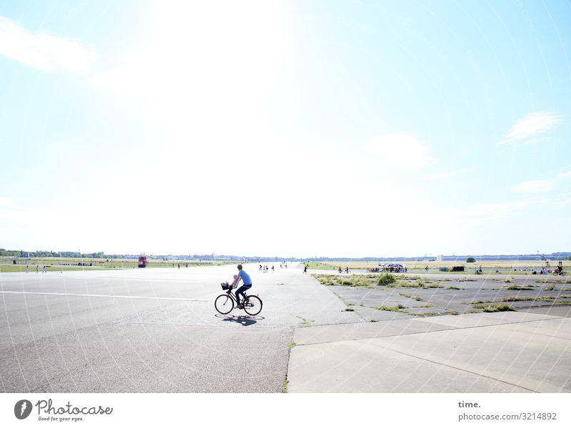 Der Himmel über Berlin Mensch Umwelt Sonne Schönes Wetter Wiese Platz Sehenswürdigkeit Wahrzeichen Personenverkehr Fahrradfahren Fußgänger Wege & Pfade