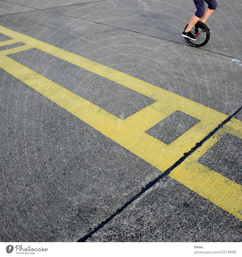 Trainingsgelände Fitness Sport-Training Radrennen Einradfahren Beine Fuß Wege & Pfade Landebahn Teer Beton Zeichen Verkehrszeichen Linie Streifen Tatkraft