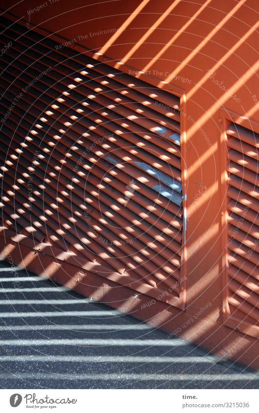 gerade kommt die Sonne wieder etwas durch (3) geschlossen verschlossen geheimnisvoll hell schatten sonnenlicht diagonal braun rot metall asphalt tiefgarage
