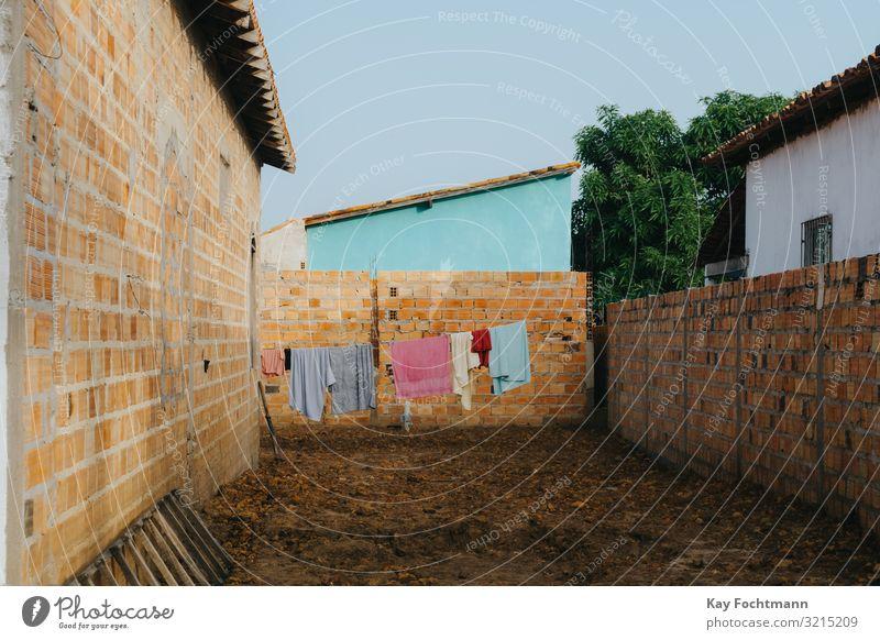 Kleidung, die in einer armen städtischen Siedlung zum Trocknen aufgehängt wird Air Hinterhof Blauer Himmel Brasilien Brise Großstadt Sauberkeit Stoff